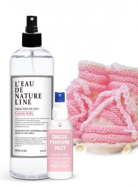 Lovely Baby спрей для одежды и тканей 500 мл.Спрей для одежды и ткани<br>Пудровый запах, очаровательная детская нежность.<br> В аромате Lovely Baby преобладают пудровые и мускусные нотки.<br> <br> Верхние: Бергамот, апельсин, розовое дерево.<br> Средние: Ромашка, подсолнух, дикая роза.<br> Базовые: Белый персик, лилия, ирис.<br> <br> Сочета...<br>